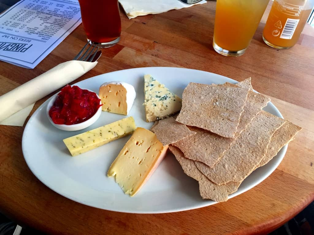 Hemsedal flatbread with cheeses and strawberry chutney, Pingvinen, Bergen